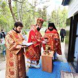 В день Преполовения Пятидесятницы епископ Серафим совершил Божественную литургию в Проще