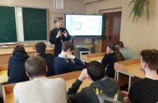 В Кировске священник провел духовную беседу с молодежью